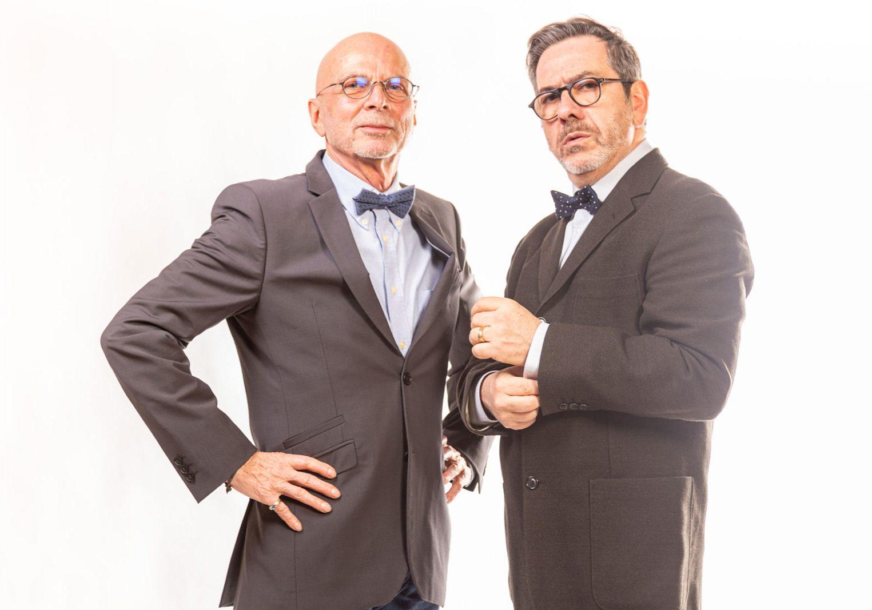 deux-hommes-en-costume-sur-fond-blanc